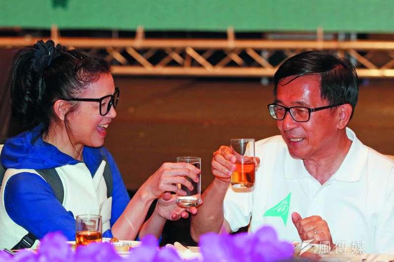 璩美鳳(左)敬酒陳水扁(右)的小花絮,吸引了不少媒體鎂光燈。(郭晉瑋攝)