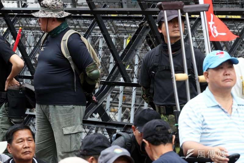 反年改團體下午在立院外的濟南路集結,退役特戰人員組成的團體「四分衛」,先布署在拒馬和群眾間,並戴著手套、護肘,引導民眾不要太靠近阻絕設施,避免受傷。(蘇仲泓攝)