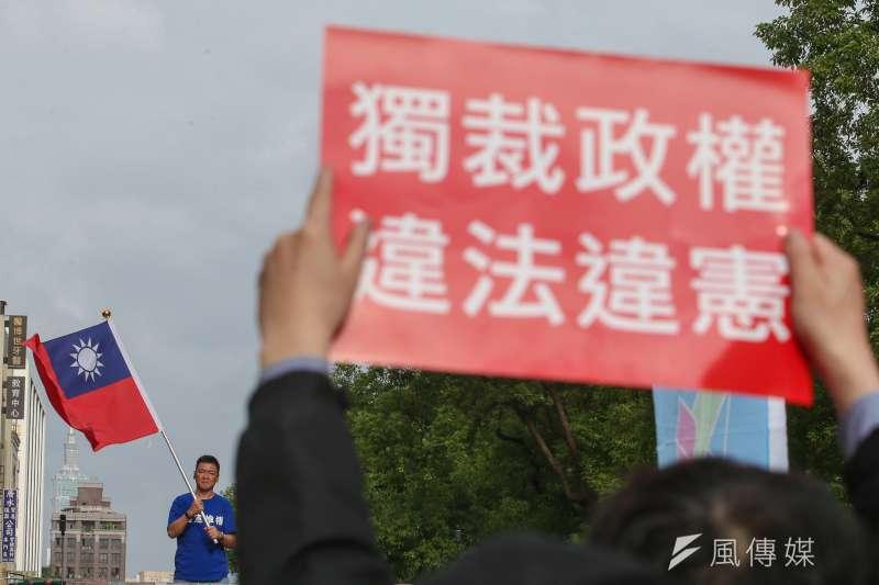 軍改案立法院完成三讀,院外八百壯士等反軍改團體聚集陳抗。(陳明仁攝)