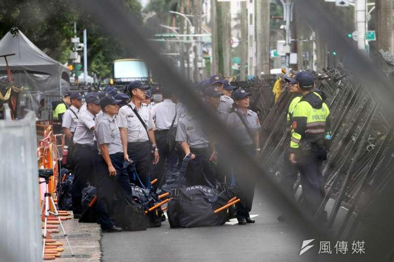 台灣基層警力加班、過勞問題嚴重,但是考試院日前的第21次院務會議,卻對於警政署過去2年舉辦警察特考,每年錄取3、4000名警察,警政署報給考試院的警察缺額,卻不夠考試院分發,感到匪夷所思。(資料照,蘇仲泓攝)