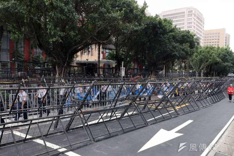 20180509-反年改團體「八百壯士」9日將於立院外抗議,中山南路的拒馬已經架設到慢車道上。年金改革(蘇仲泓攝)