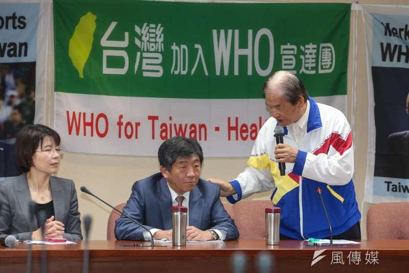 20180509-於此我WHA受挫之際,「2018台灣加入WHO宣達團」國際記者會今召開,主持的台灣聯合國協進會理事長蔡明憲對出席的衛福部長陳時中拍肩說:一起加油!。(陳明仁攝)
