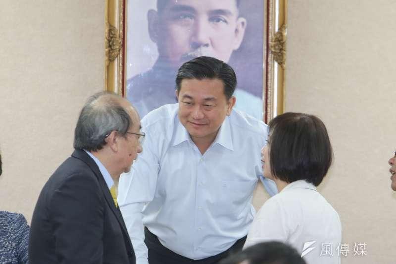 民進黨立委何欣純(右)意外捲進民進黨王定宇(中)的同居風波。(資料照,陳明仁攝)