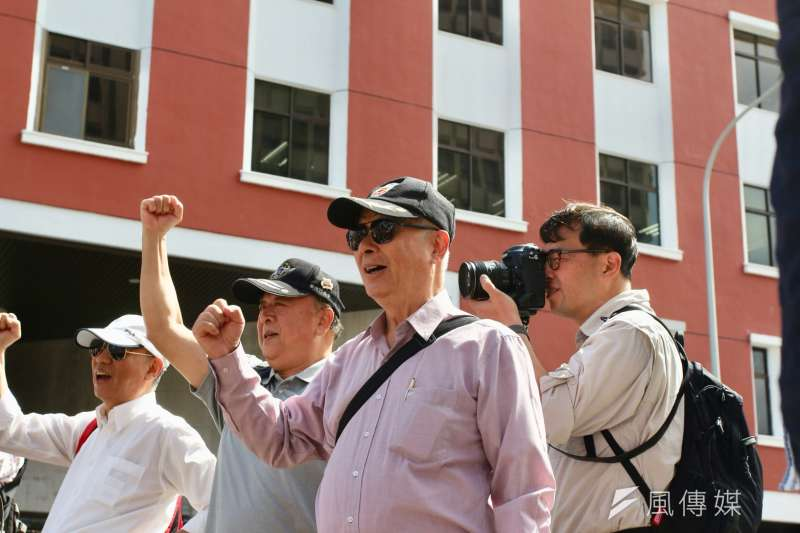 20180510-反年改團體10日繼續於立院外進行抗議,圖中為八百壯士指揮官吳其樑(左二)、八百壯士副指揮官、發言人吳斯懷(右一)。(陳韡誌攝)