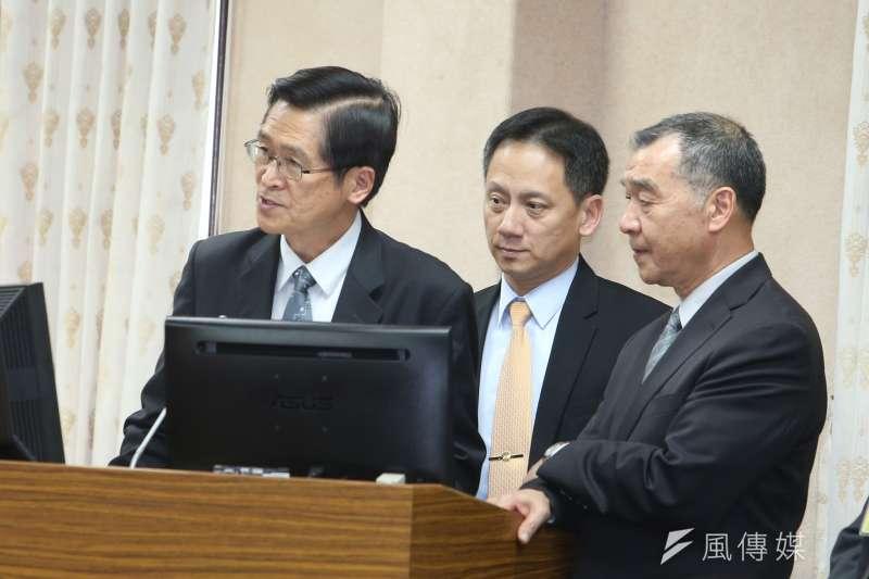 國防部長嚴德發(左)在立法院備詢時表示,國軍不為台獨而戰,捍衛的是中華民國是台灣。(陳明仁攝)