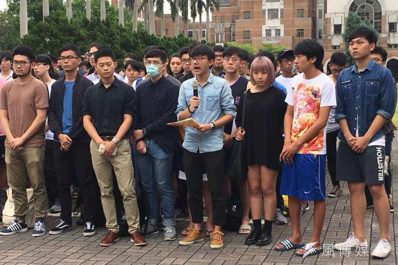台大學生會今(11)日下午召開記者會,針對明日將招開的臨時校務會議,但因僅有「大學自主」一項並無臨時動議表達不滿。(李亞璇攝)