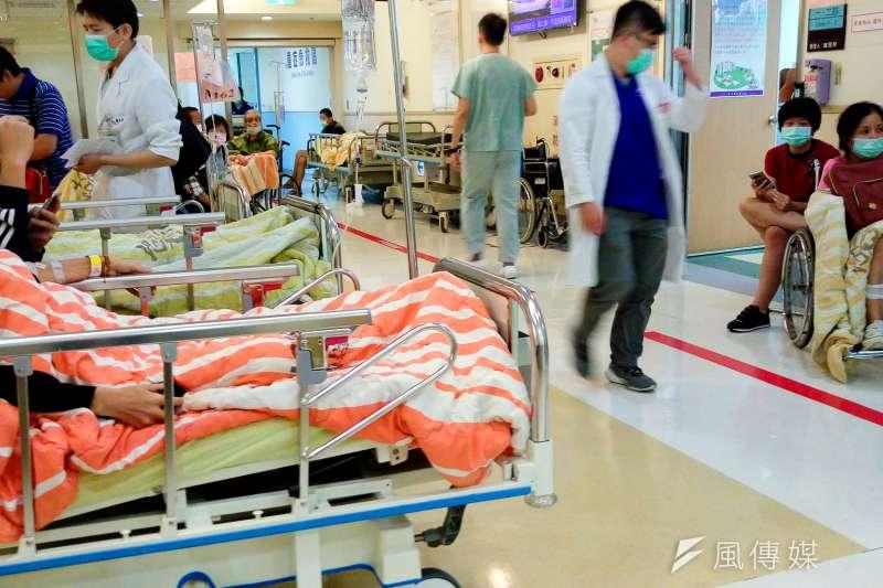 台灣的醫院急診室壅塞幾成常態,根據衛生福利部資料,去年全台總急診人次高達712萬,比香港迪士尼1年的入園人次還要多。示意圖。(資料照,陳明仁攝)