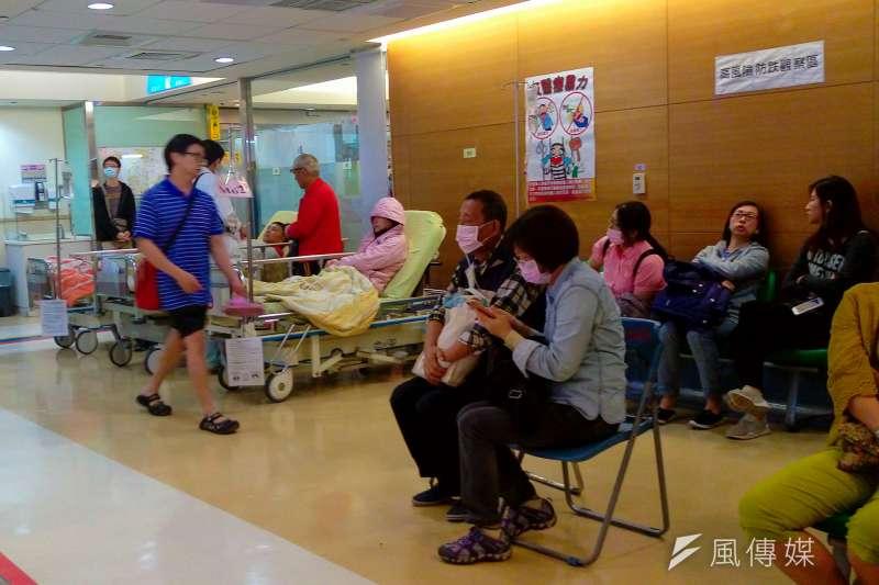 新竹馬偕醫院急診外科主任白永嘉31日在臉書分享隱瞞接觸史的案例,痛斥「台灣的疫情如果真爆發,就是這些人隱瞞造成的」。呼籲民眾就醫時千萬不可隱瞞旅遊史與接觸史。(示意圖,陳明仁攝)