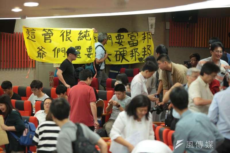20180512-台大12日召開臨時校務會議,反管學生於校務會議後舉布條抗議。(顏麟宇攝)