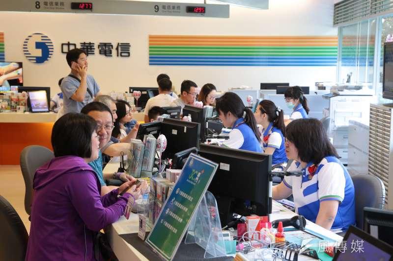 中華電則說,網路容量在尖峰時段仍有餘裕,客戶不需擔心網速變慢的問題。(資料照,顏麟宇攝)