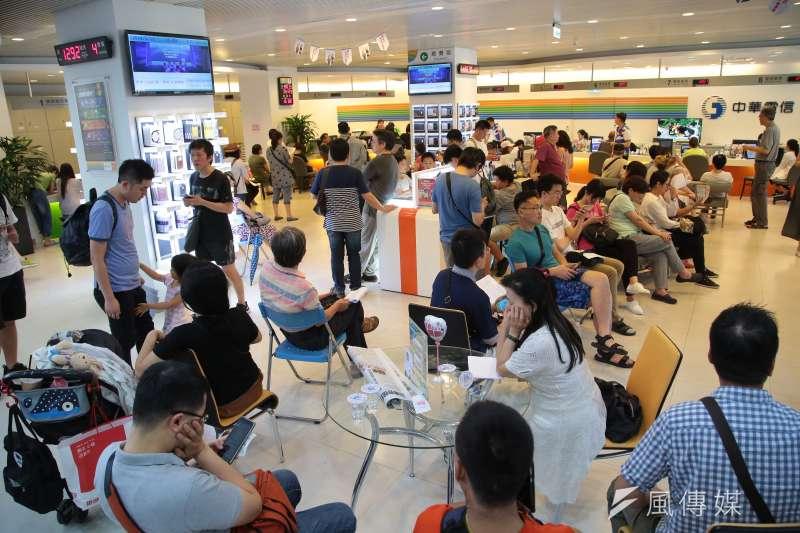 中華電信去年5月限時7天開放全民申辦499吃到飽方案,造成空前的搶辦風潮,也引發「499之亂」。(資料照,顏麟宇攝)