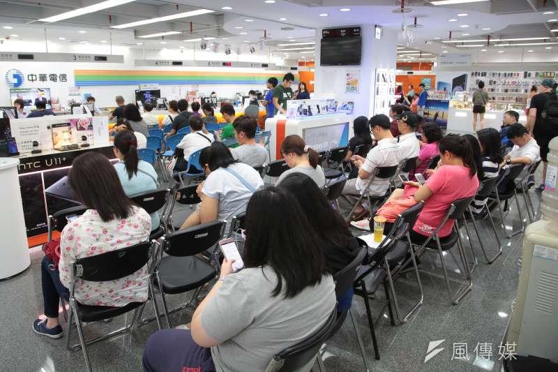 中華電信9日起限時7天開放全民申辦499吃到飽方案,引爆台灣電信史上空前的搶辦風潮。(資料照,顏麟宇攝)