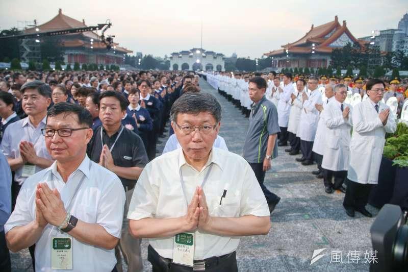 台北市長柯文哲(左二)今重申,他的兩岸論述沒變,就是互相認識、互相了解、互相尊重、互相合作、互相諒解。圖為他晚間在台北中正紀念堂出席慈濟佛誕浴佛祈福會。(陳明仁攝)