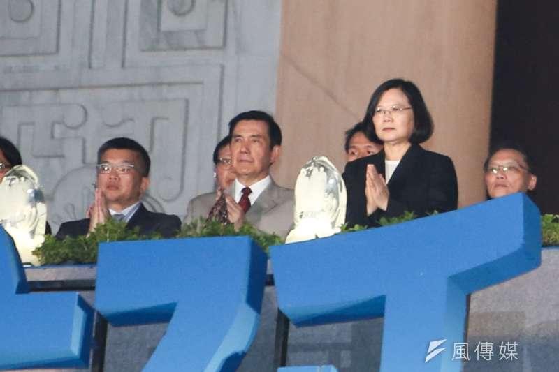 慈濟基金會晚間「2018年佛誕浴佛孝親感恩祈福會」,(右起)總統蔡英文、前總統馬英九出席,兩人並無互動。(陳明仁攝)