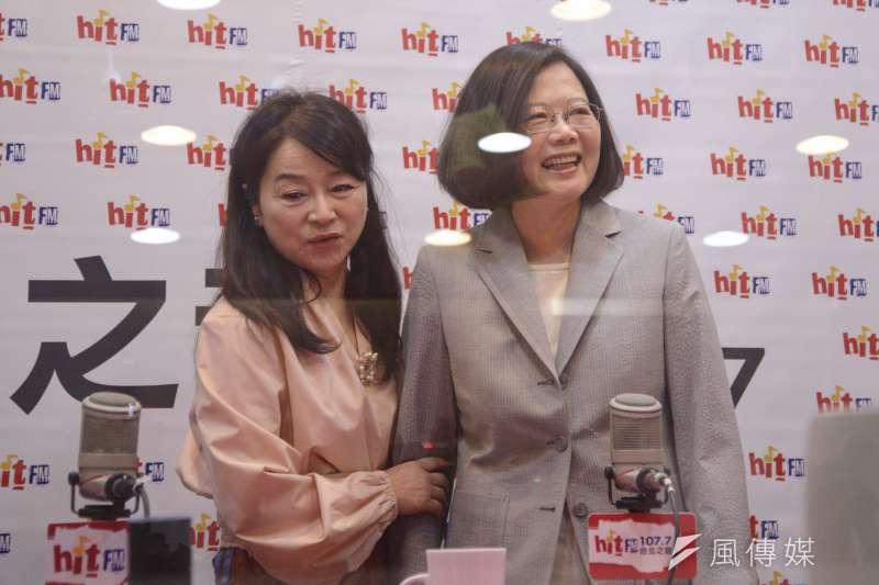 總統蔡英文(右)接受《蔻蔻早餐》專訪,表示她傾向禮讓柯文哲的謠言不能問她,民進黨的選舉事務都是由選對會決定。(甘岱民攝)