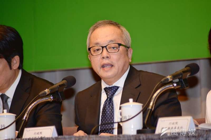 行政院副院長施俊吉的本勞薪資5.8萬,是貌似專業實為笑話的說法。(甘岱民攝)