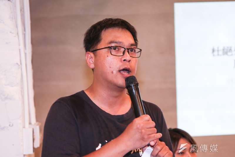 台灣人權促進會副秘書長施逸翔,出席「杜絕外籍漁工受虐事件,廢除境外聘僱」行動及記者會。(陳明仁攝)