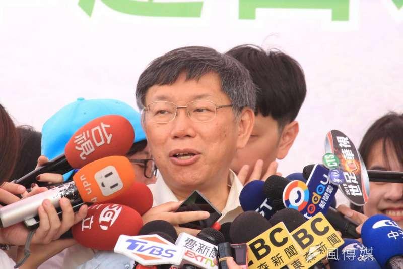 民進黨在台北市長選戰決定自提人選,柯文哲的媽媽何瑞英說,她對柯文哲拚連任有信心,人要有志氣,只要認真做,市民就會認同。圖為柯文哲今前往山水綠生態公園。(方炳超攝)