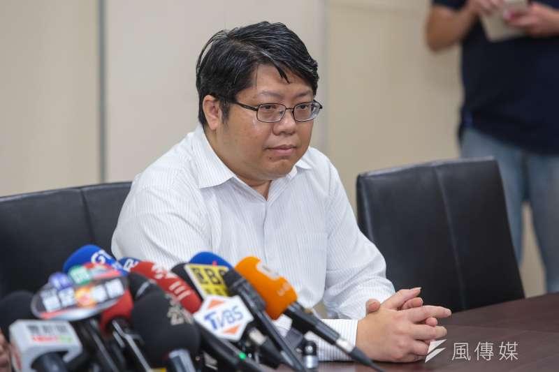 20180518-律師賴中強18日陪同台北農產公司總經理吳音寧,針對送7000公斤蔬果一事召開記者會說明。(顏麟宇攝)