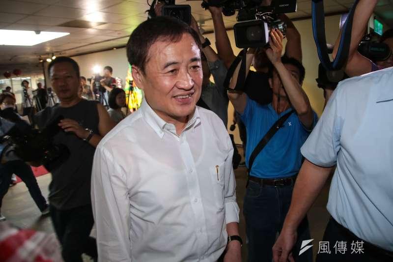 副市長陳景峻今(18)日下午出席北農董事會受訪時表示,一直以來他都是「白、綠」間溝通橋樑,並認為此事尚有轉圜餘地,會積極溝通協調。(顏麟宇攝)