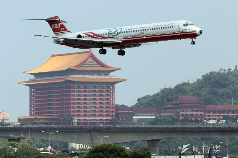 作者指出,台灣目前只有2家主要航空公司競合,不利整體航空業競爭力提升,如何適度讓經營過航空公司與具機師身分的星宇航空張董,建立相對2大航空公司合理市場機制環境,應是交通部可以思考的方向。圖為遠航班機。(資料照,蘇仲泓攝)