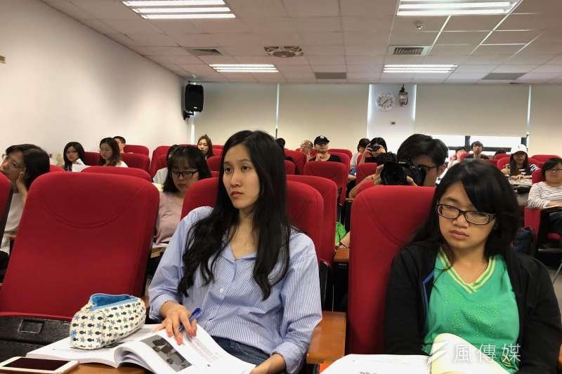 財團法人卓越新聞獎基金會19日在台大霖澤館舉辦「亞洲新聞專業論壇」,許多新聞工作者及學生前往聆聽。(黃宇綸攝)
