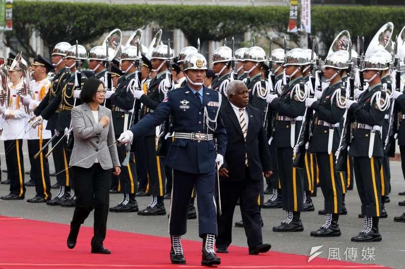 總統府21日上午在府前廣場舉行「軍禮歡迎索羅門群島總理何瑞朗伉儷」典禮,由總統蔡英文主持。(蘇仲泓攝)