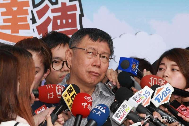 台北市長柯文哲22日下午受訪時,針對新台灣國策智庫今日發布的民調指無論在藍柯對決或藍綠柯「三腳督」柯文哲都領先,表示民調變來變去看看就好。(方炳超攝)