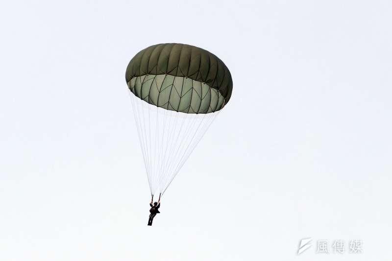 陸軍航特部空訓中心14日在屏東潮州空降場執行跳傘訓練,過程中一位傘兵傘具出現疑似主傘吃風不足情況。圖為陸軍日前於屏東傘兵潮州空降場,進行跳傘實地演練。(資料照,蘇仲泓攝)
