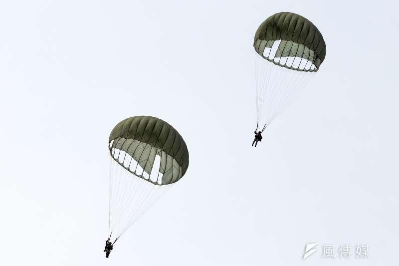 陸軍特戰隊兩名傘兵疑因傘具吃風不足,人員摔落重傷。圖為之前傘兵在屏東實地演練,與新聞個案無關。(資料照,蘇仲泓攝)