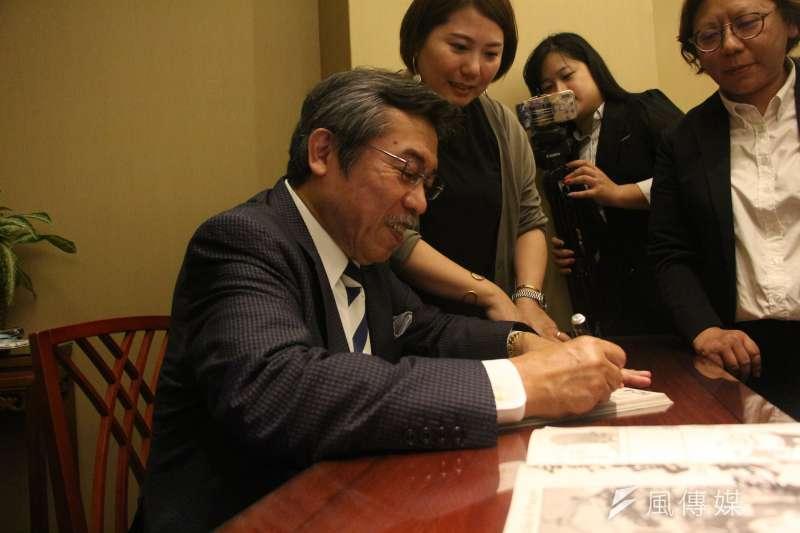 20180523-立委趙天麟辦公室主辦「台日文創經濟發展對談」,漫畫家弘兼憲史為讀者簽名。(陳韡誌攝)