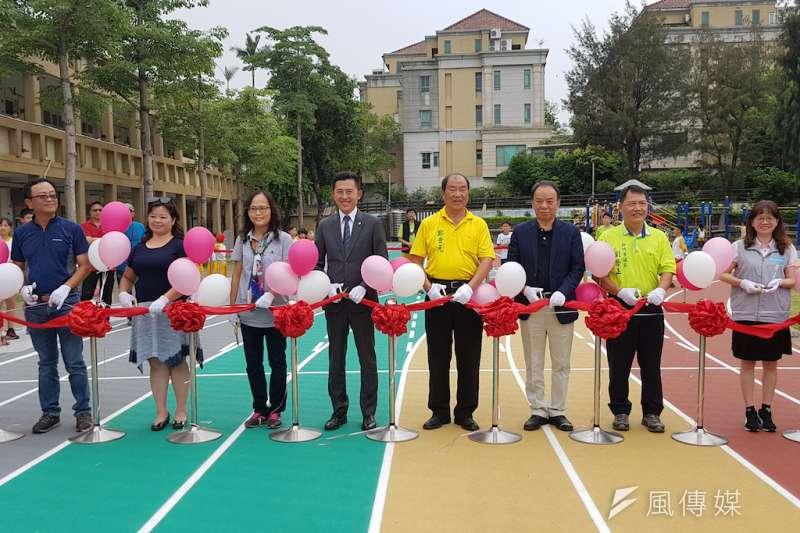 竹市校園第一座彩虹跑道23日在東園國小正式剪綵啟用。(圖/方詠騰攝)