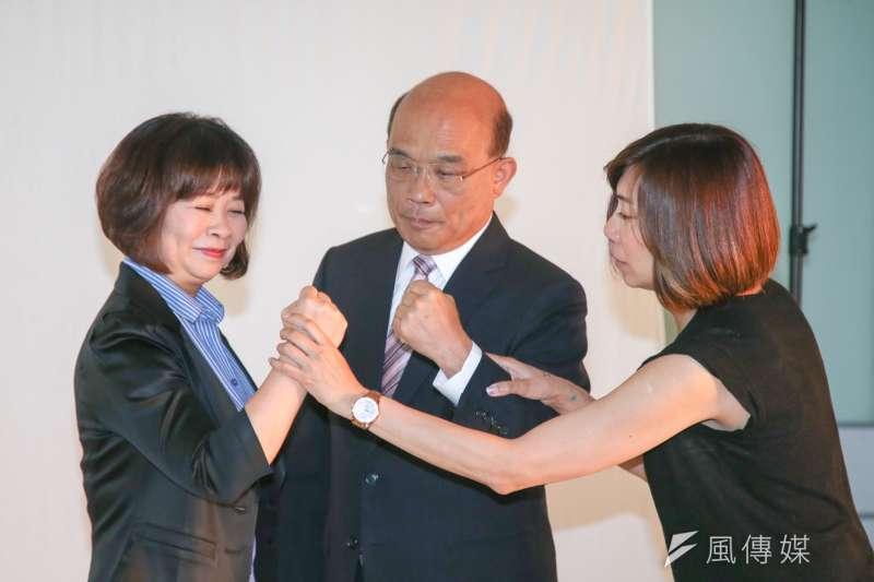 民進黨新北市長參選人蘇貞昌與日前同黨的新北市議員候選人合拍定裝照,並研究如何擺出架式。(陳明仁攝)