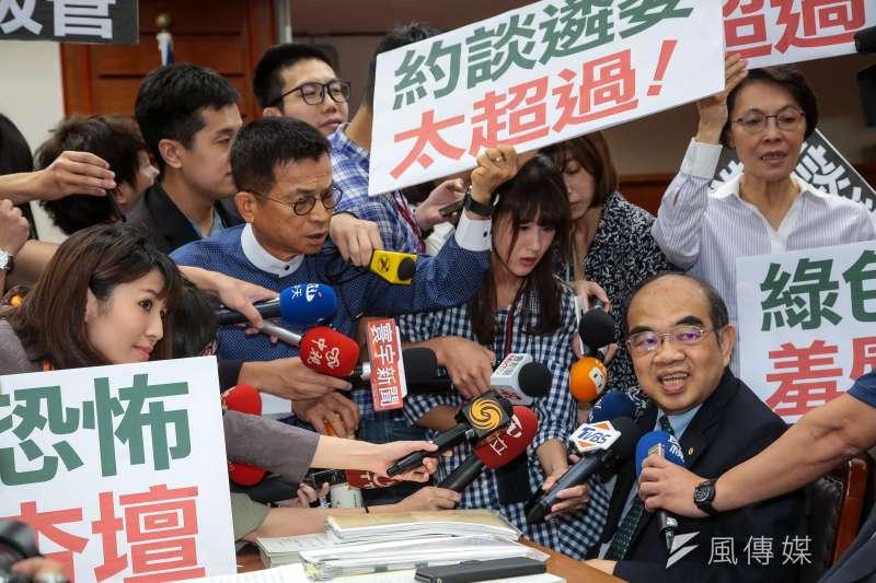 教育部長吳茂昆24日出席教育委員會,遭國民黨立委陳學聖、賴士葆等包圍抗議。(顏麟宇攝)