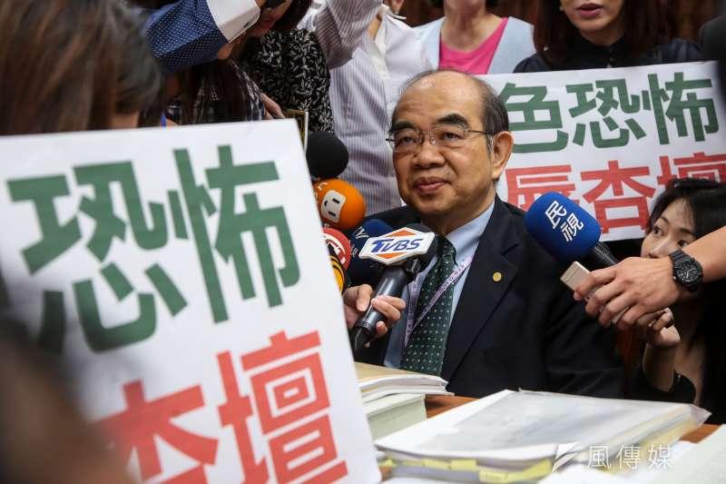 教育部長吳茂昆出席立法院教育委員會,被「綠色恐怖」抗議標語包圍。(顏麟宇攝)