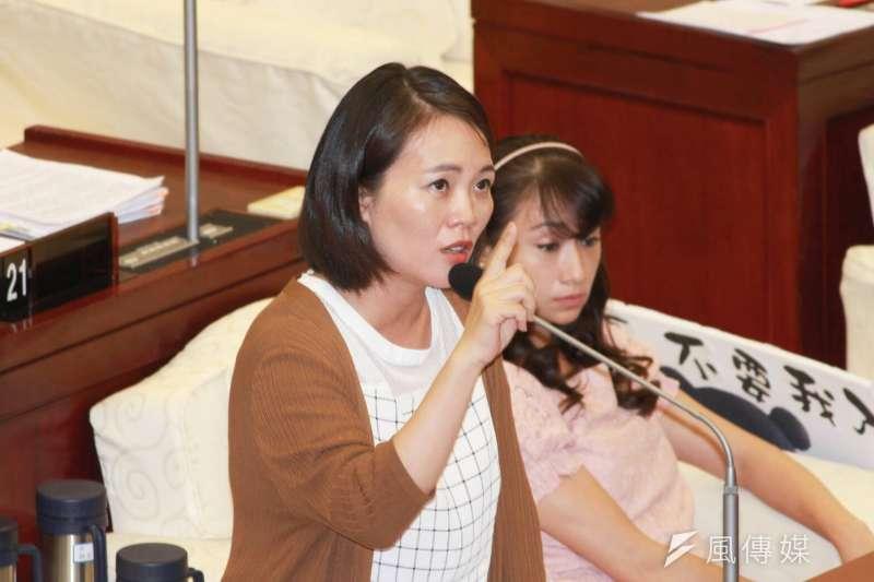 台北市議員簡舒培表示,身障人士的安全扣要扣其實非常繁複,平均上車、下車都要花5到6分鐘,可能不只駕駛員不願意,也有部分乘客會給壓力。(方炳超攝)