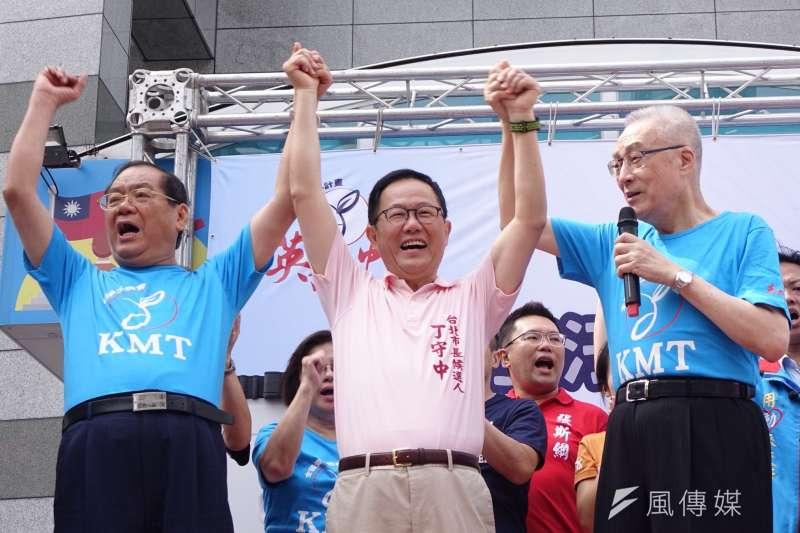 國民黨主席吳敦義、秘書長曾永權及台北市長候選人丁守中一同出席「愛台不斷電、青年護台灣」全台接力路跑活動的起跑儀式。(甘岱民攝)