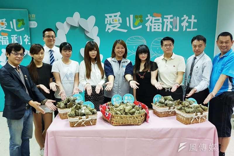 新竹市幸福快樂促進會28日捐贈1,000顆愛心粽,讓新竹市政府社會處愛心福利社轉贈給弱勢家庭。(圖/方詠騰攝)