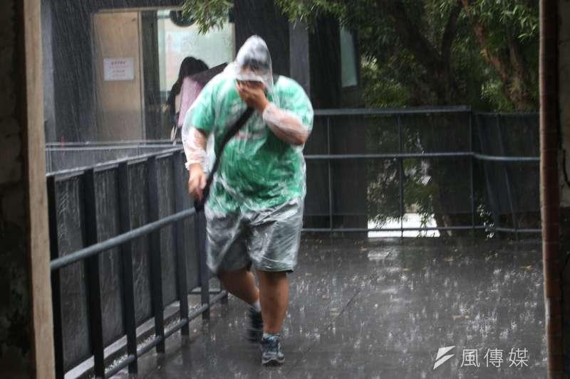 中央氣象局30日下午,針對全台19個縣市發布大雨特報。今年第7號颱風巴比侖雖然不會對台造成直接影響,但周末會將台灣附近水氣引進來,除了午後雷陣雨,其他時間也有局部陣雨或雷雨的機率發生。(資料照,陳明仁攝)