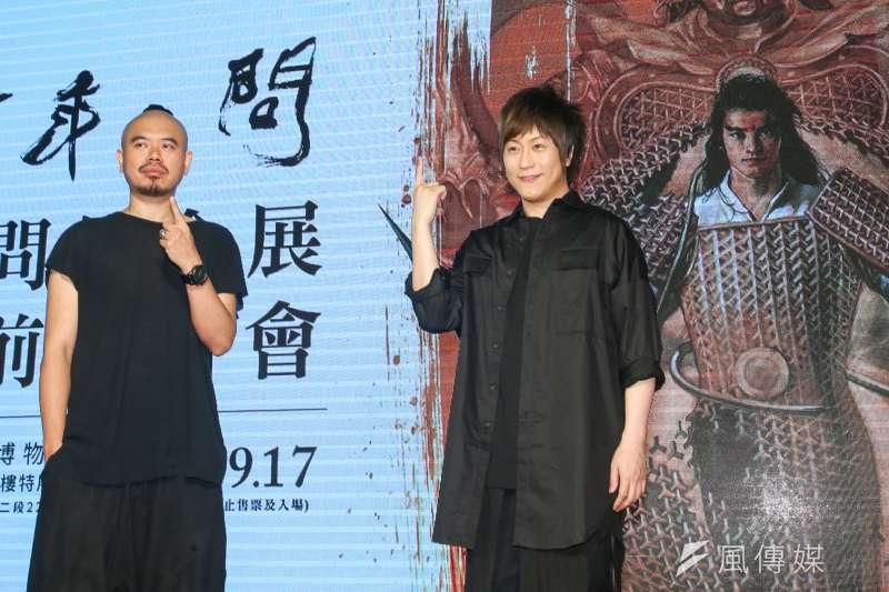 台灣漫畫家鄭問生前創作多元,畫作充滿暗喻和哲理符號,他的鐵粉五月天阿信(右)、導演陳奕仁(左),今在記者會站台。(陳明仁攝)