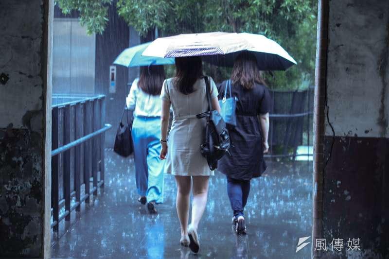 氣象局表示,今、明兩天全台各地白天天氣穩定、氣溫偏高。周日起,受熱帶性低氣壓影響,全台都有機會下雨。(資料照,陳明仁攝)