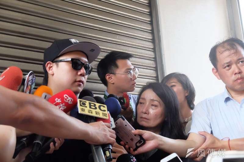 板橋分屍案,死者黃女的哥哥(左)與兒權會理事王薇君(右)接受記者聯訪。(謝孟穎攝)