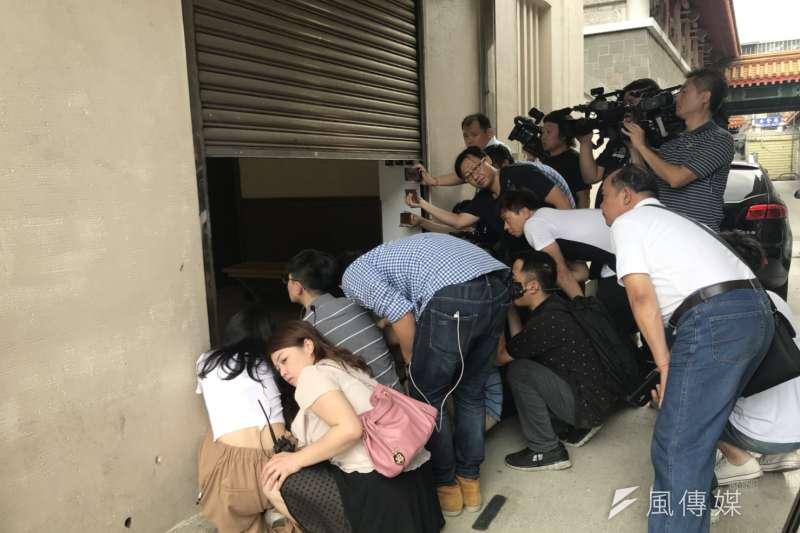 板橋分屍案,記者群堵在鐵門等家屬。(資料照,謝孟穎攝)