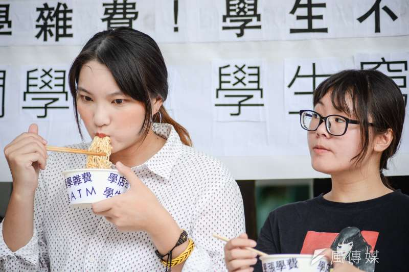 世新勞權小組今(30)日上午於世新大學行政大樓前召開記者會,學生在記者會中吃泡麵。(甘岱民攝)