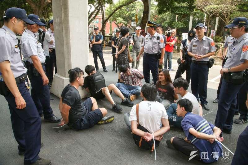 20180531-反教育商品化聯盟的大專同學們,教育部前抗議漲學費活動,並在衝入時與警發生推擠衝突,遭警上束帶。(陳明仁攝)