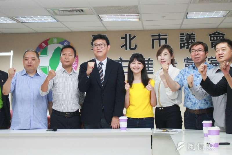 民進黨台北市長參選人姚文智要求每一議員,在7月中前都要辦一場座談會。對此,有助理私下抱怨,根本不是母雞帶小雞,而是小雞要扛母雞。 (資料照,方炳超攝)