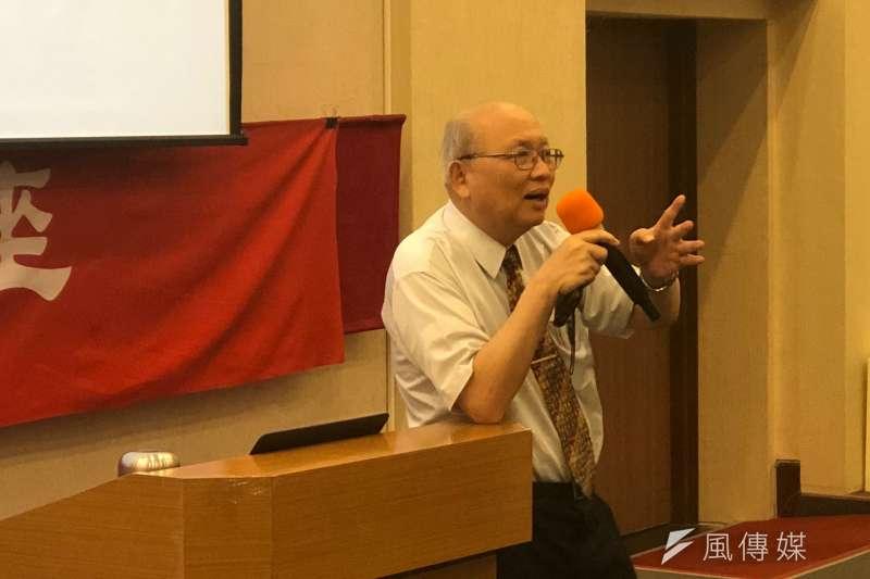 國父紀念館2日在演講廳舉辦文化講座,邀請台灣文學獎得主、台大醫院醫師陳耀昌對「台灣史」進行演講與分享。(黃宇綸攝)