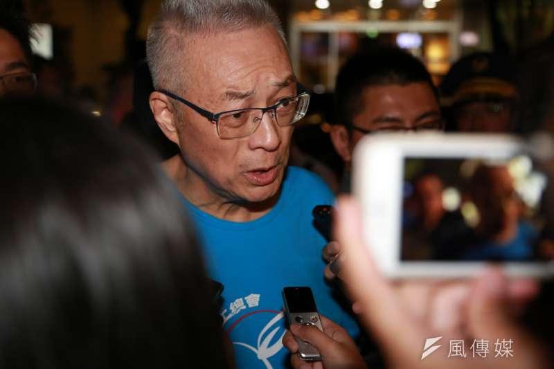 國民黨主席吳敦義今(2)日晚上出席立法院前舉辦的藍絲帶路跑晚會,為國民黨首場大型造勢活動增添氣勢。(簡必丞攝)