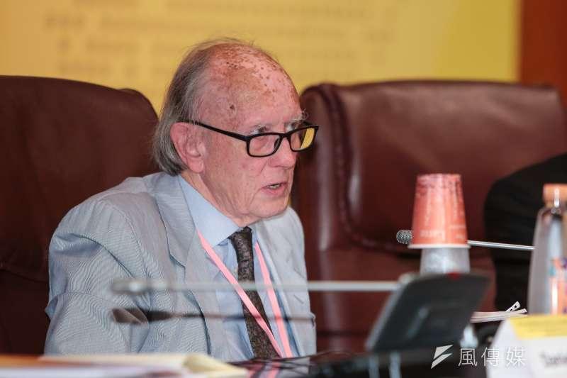 劍橋大學名譽教授約翰・鄧恩(John Dunn),今(2)日接受《風傳媒》專訪,面對中國威脅,「台灣選擇走向民主,並非意外」。(顏麟宇攝)