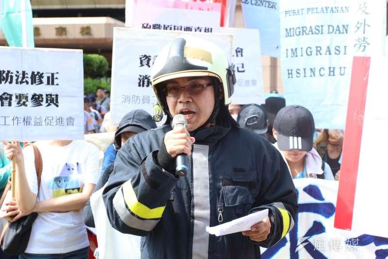 作者認為,消防人員的傷亡情形比起十年前,甚至是近二十年前還要更高;原因是在人力配置和工作時間方面,根據「消防員工作權益促進協會」調查,目前只有台北市、高雄市,以及嘉義市是採取「勤一休一」制度(也就是連續上班24小時,再休息24小時),其他19個縣市則都是採取「勤二休一」(也就是連續上班48小時,再休息24小時),導致工作時數超時、嚴重過勞。(資料照,簡必丞攝)